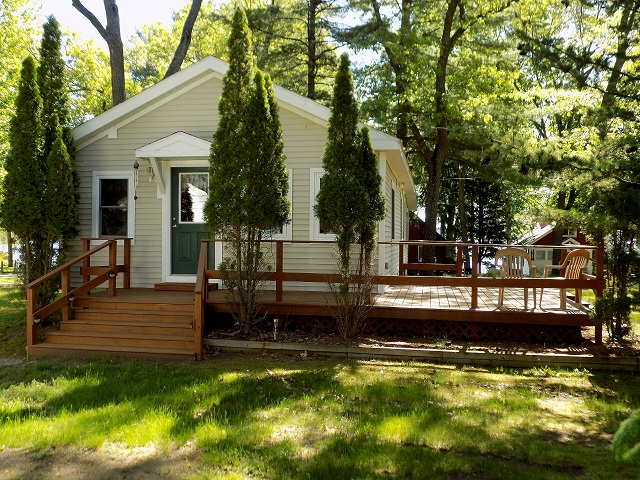 LIKE NEW 2 BEDROOM COTTAGE WITH DOCK AND HOIST
